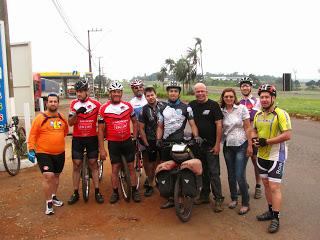 Chegada: ao lado do pai e dos ciclistas.